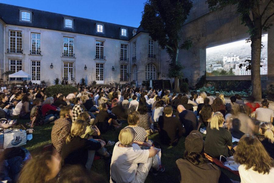 Publique sur pelouse en soirée
