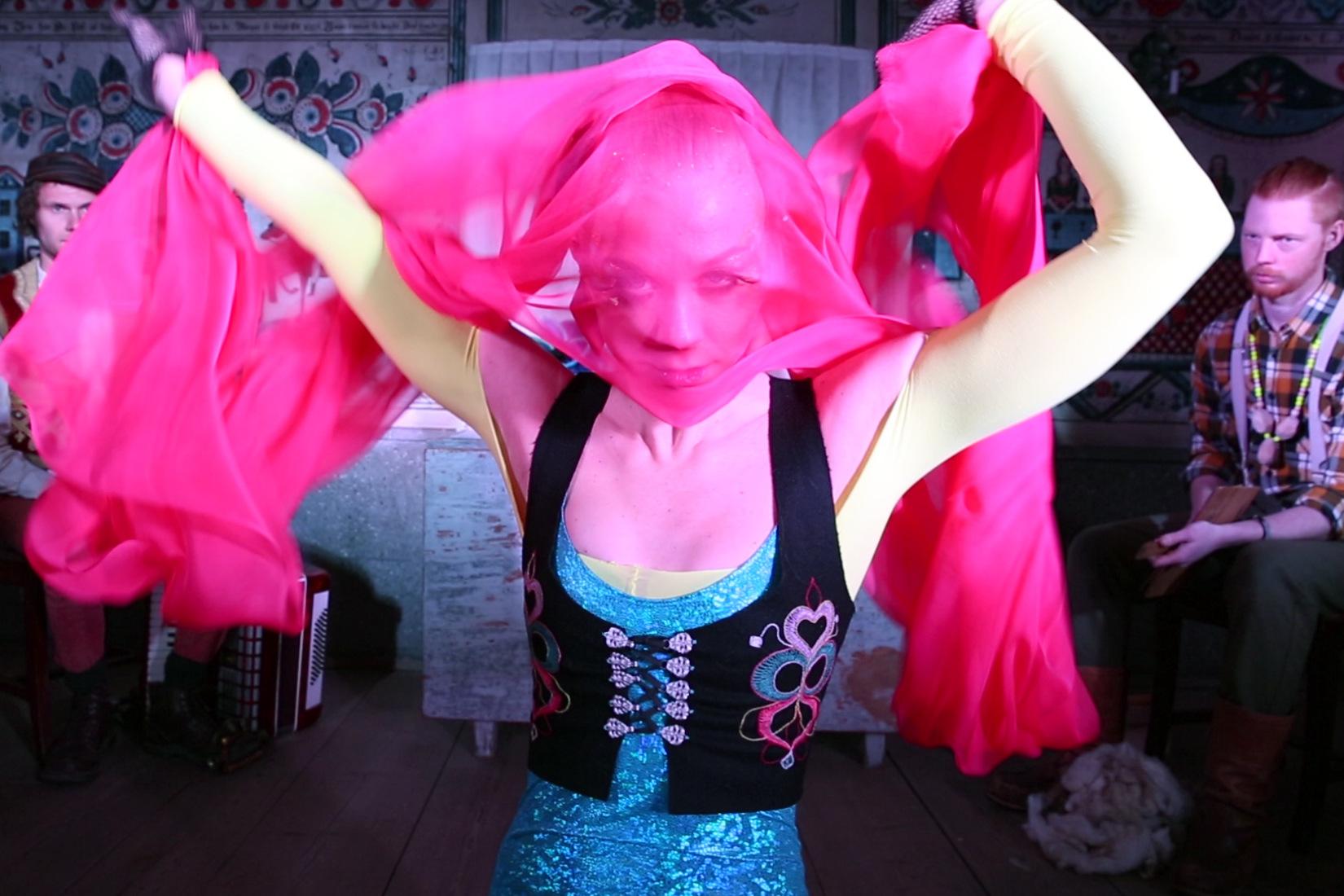 Extrait vidéo avec la danseuse Anna « Ninja » Näsström, à Skansen, musée en plein air des traditions artisanales à Stockholm.