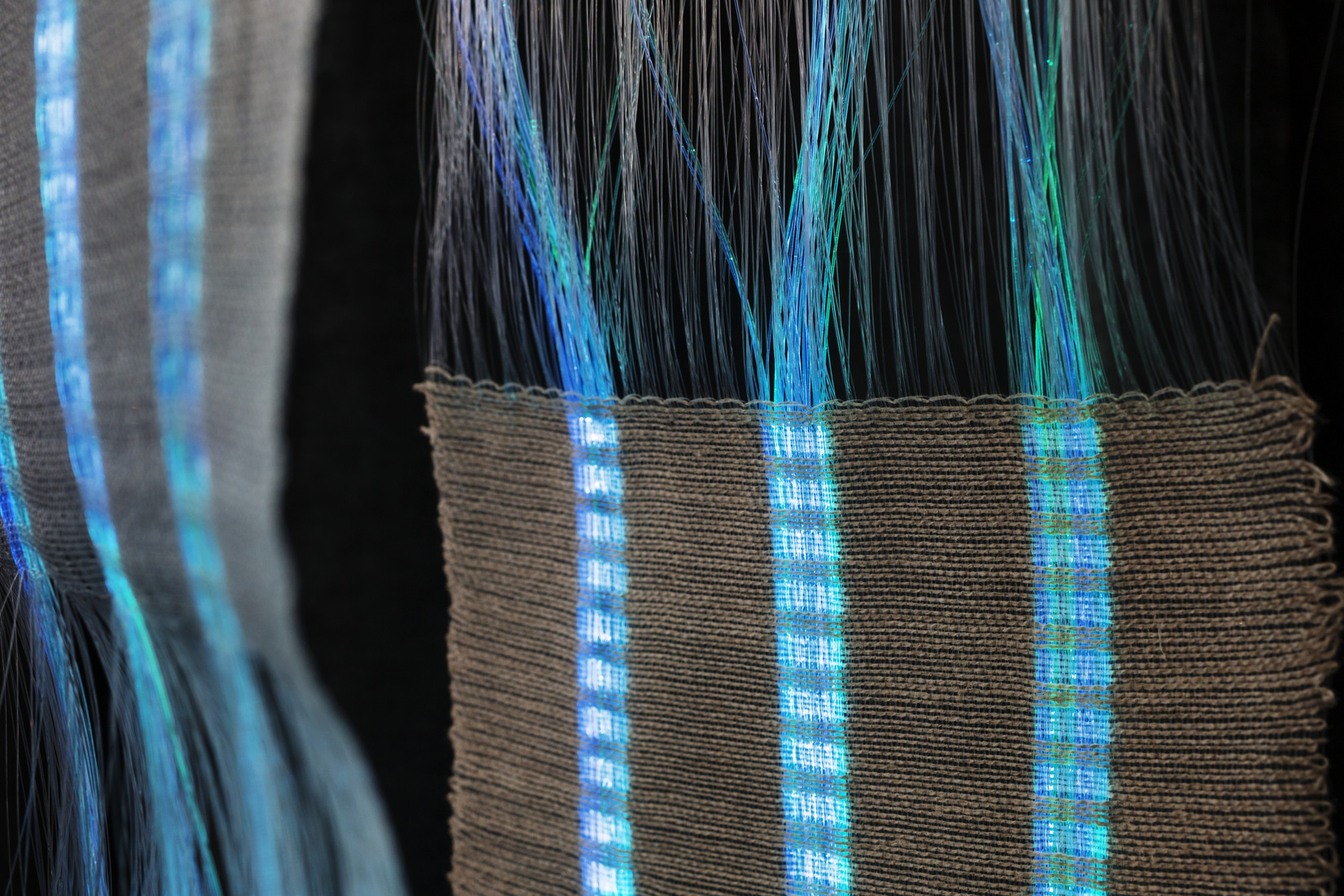 Textile in blue metal fibres