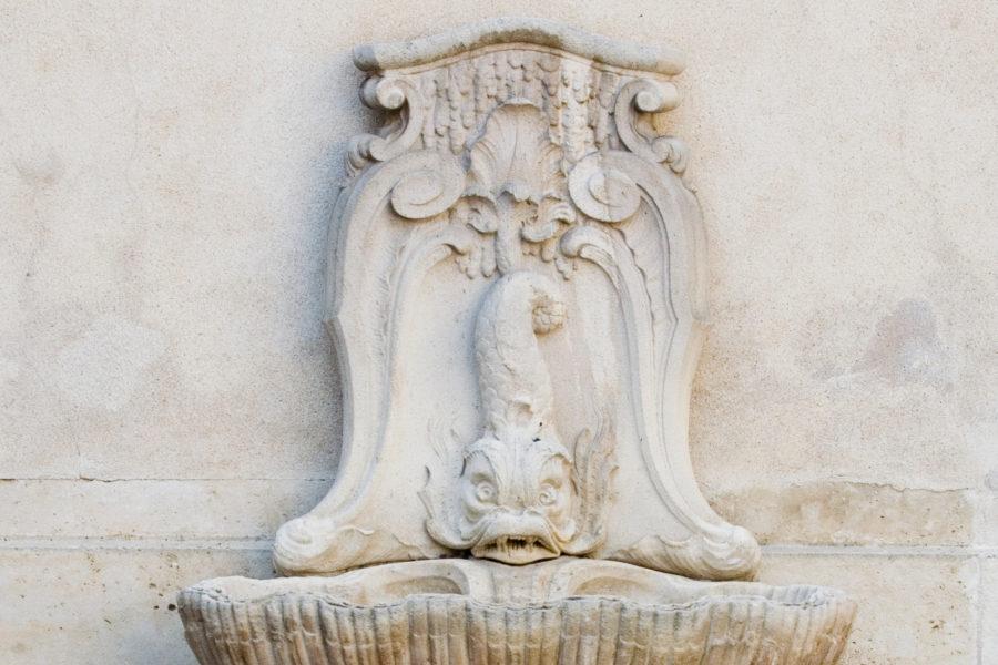 Détail de la fontaine dans la cour.