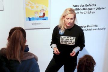 Une médiatrice fait visiter une exposition á quelques visiteurs à l'Institut suédois