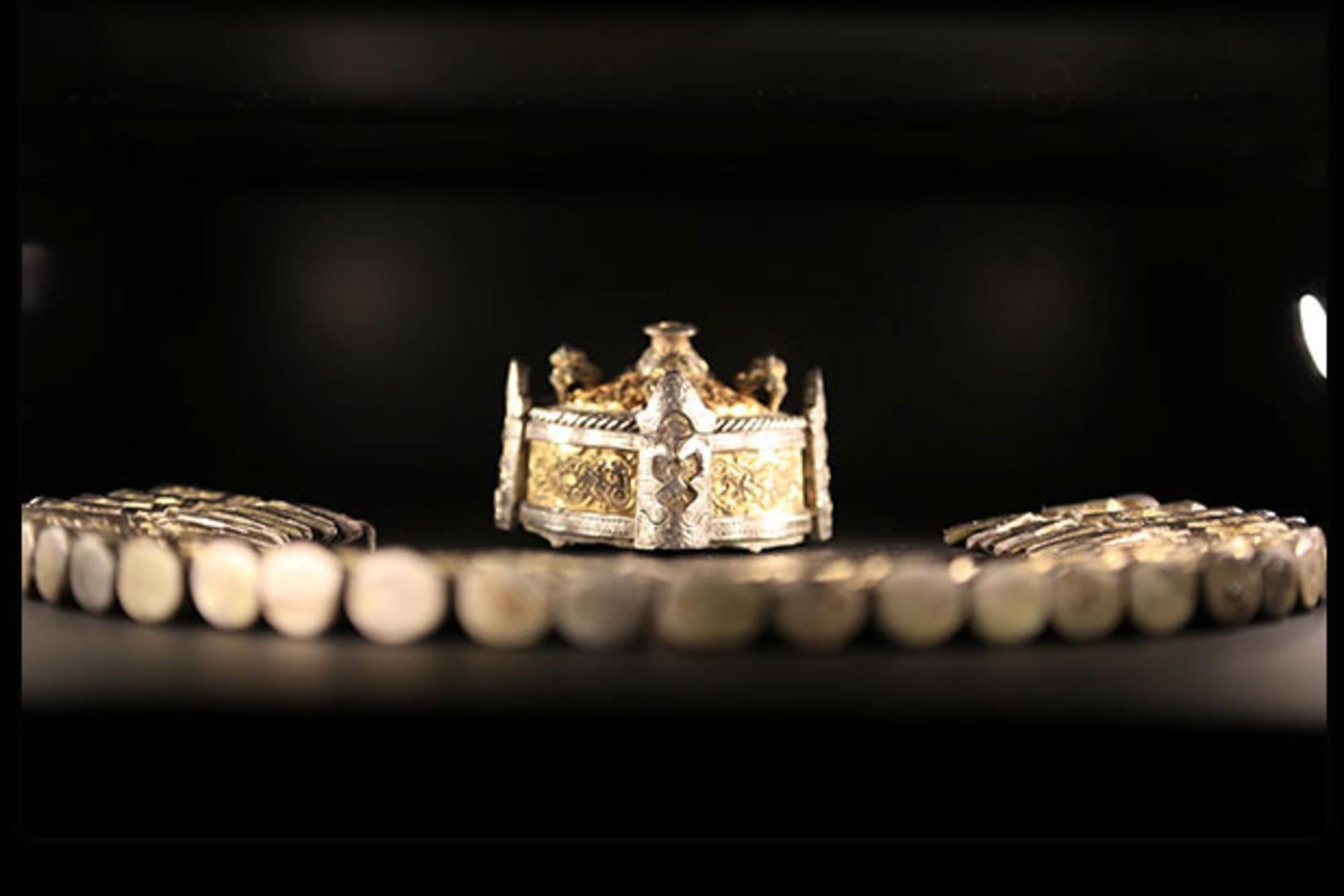 Bijoux et objets anciens présentés dans l'exposition Nous les appelons Vikings