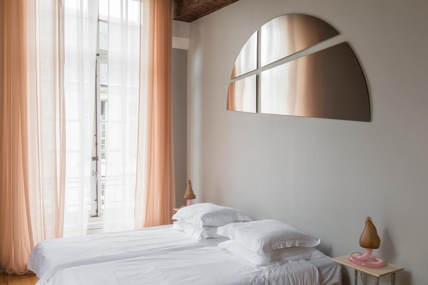 côté lit de l'un des studios rénovés de l'Institut suédois à Paris