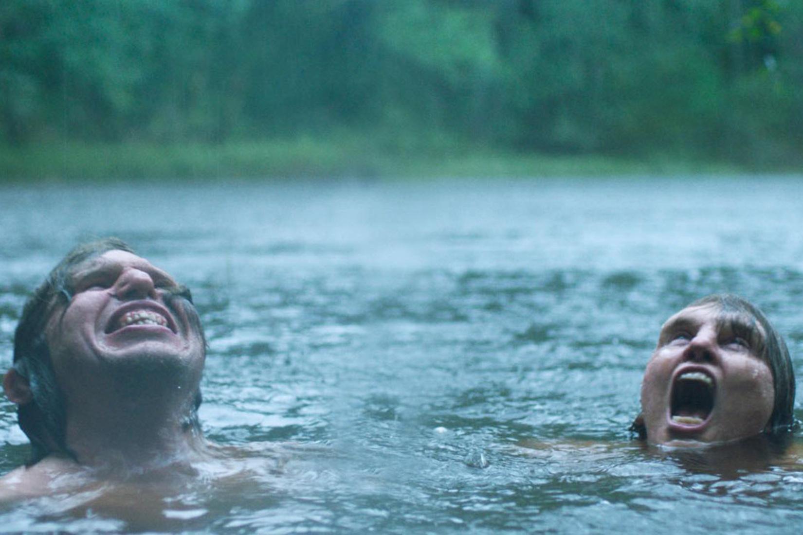 deux personnes dans l'eau : leur tête à la surface, ils selent criés et ont des visages presques diformes