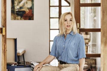portrit de la chanteuse lisa Ekdhal, assise dans une pièce