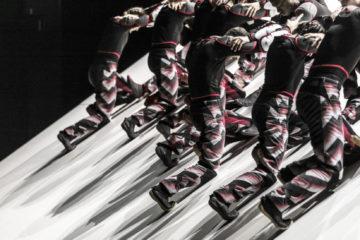 sur une plateau ed scén inclinée, plsuieurs danseurs entremêlés forment comme un motif régulier