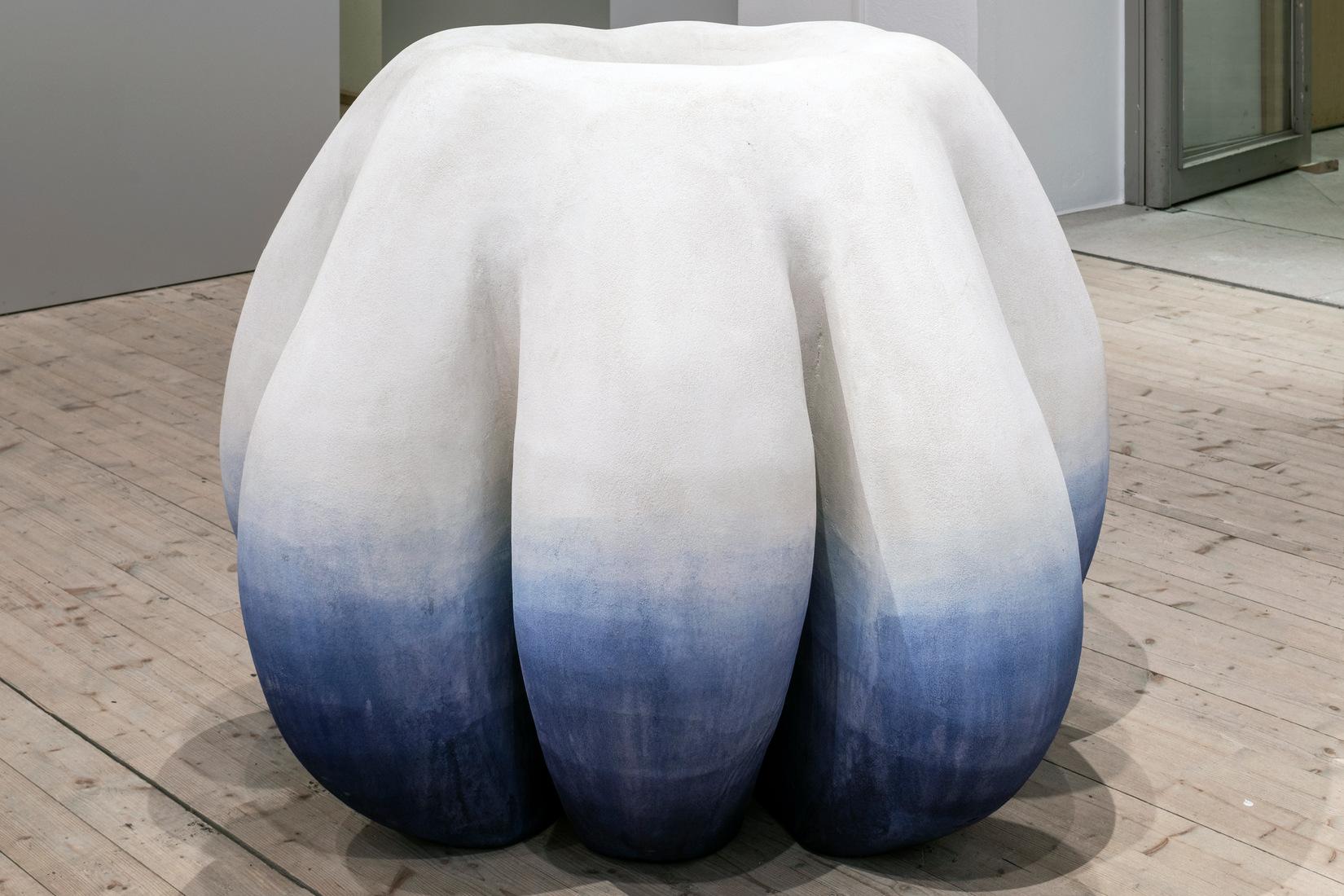 oeuvre en volume blanche à base bleue