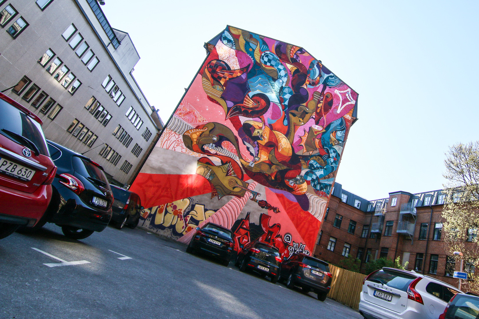 façade peinte - voitures en premier plan