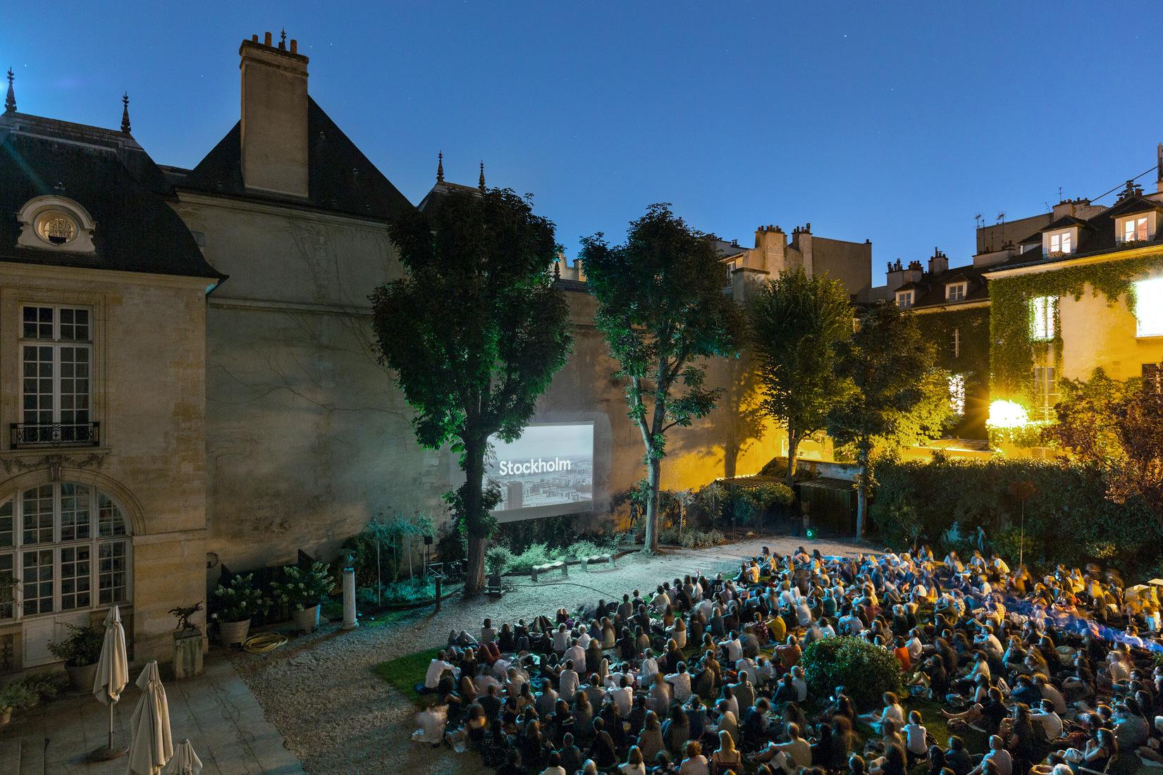 séance de cinéma plein air dans le jardin de l'Institut suédois à Paris
