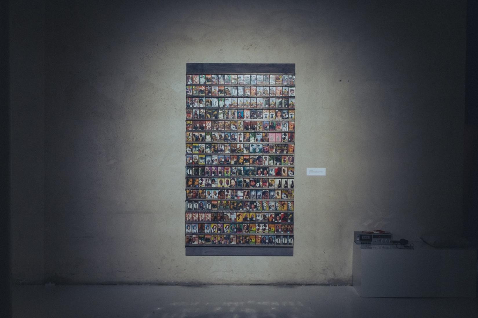 sur un mur de béton gris : ne oeuvre avec plein de petites photos