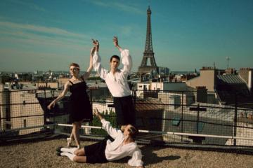sur les toits parisien, des danseurs prennent la pause, en fond la tour Eiffel