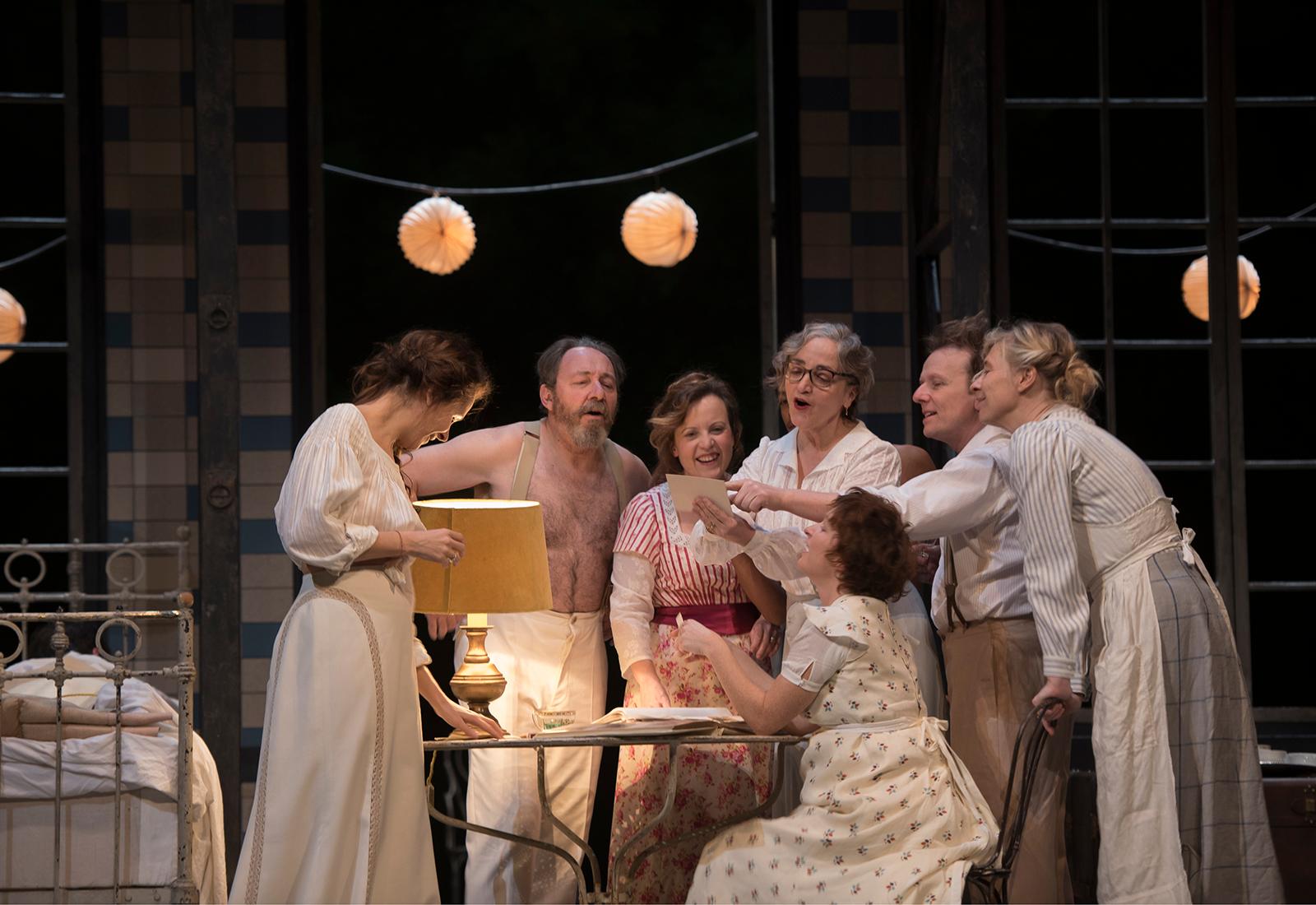 Hommes et femmes de la famille de Fanny et Alexandre sont réunis pour une fête estivale sur la scène de la Comédie-Française.