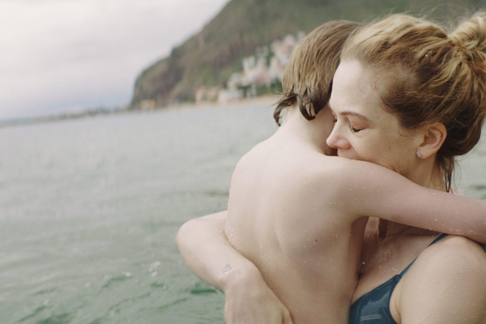 Une mère et son fils se prennent dans les bras