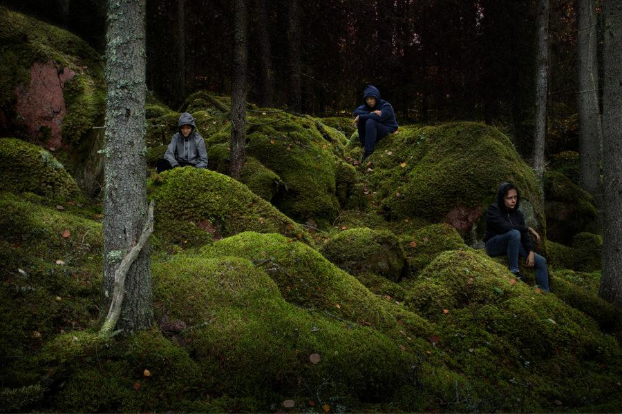 Trois personnes dans une forêt