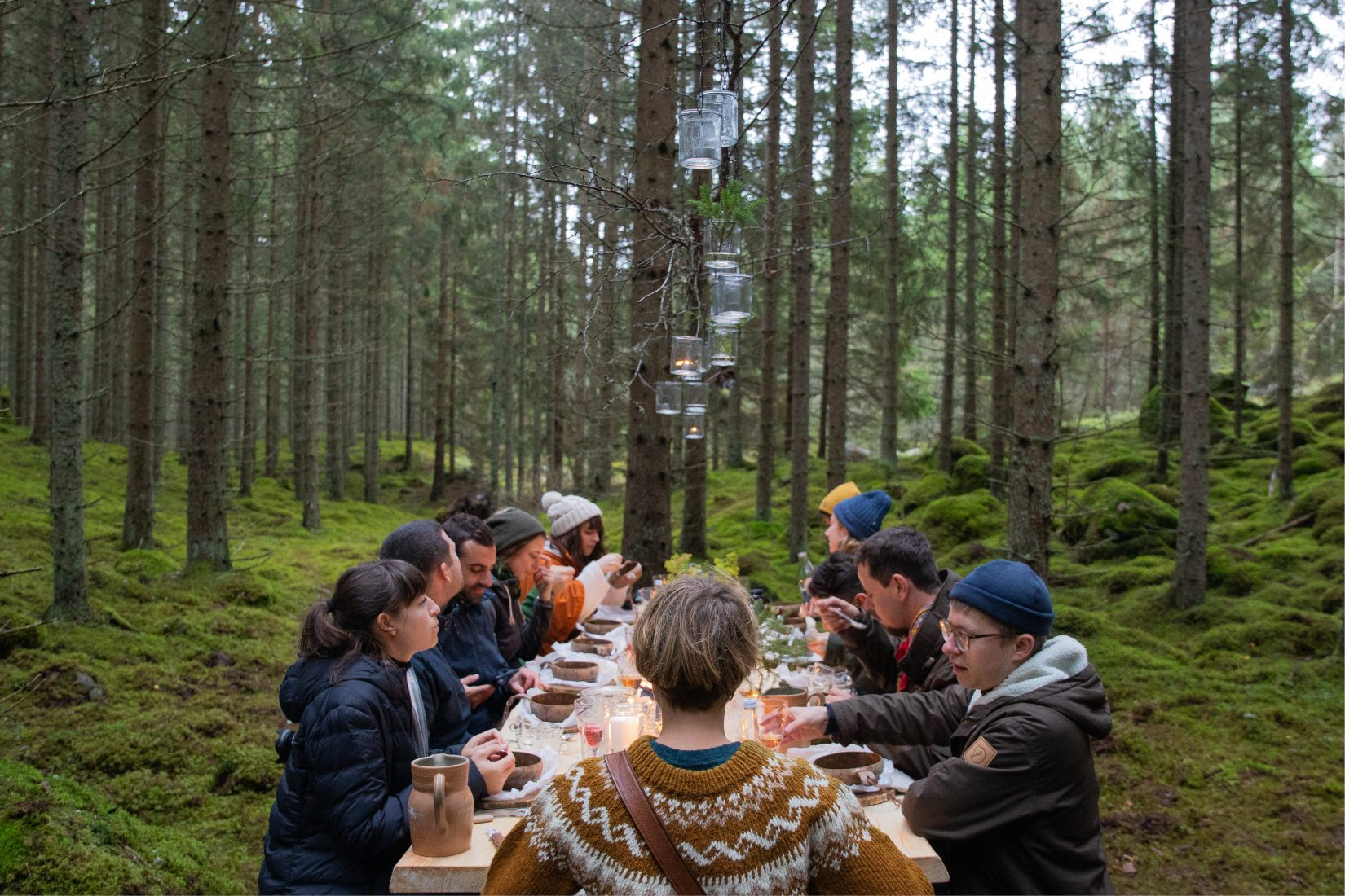 Dinner guest around a table in the middle of the forest