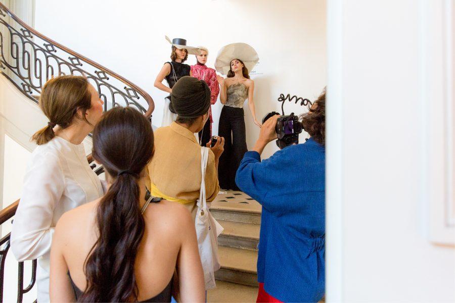 Un photographe et des nouvelles créations dans l'escalier