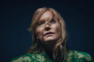 Photo d'Ane Brun regardant en l'air